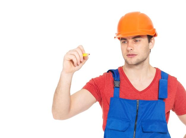 Arbeiter, der etwas auf bildschirm mit roter markierung zeichnet, lokalisiert auf weiß