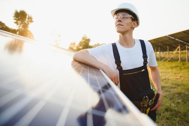 Arbeiter, der sonnenkollektoren im freien installiert