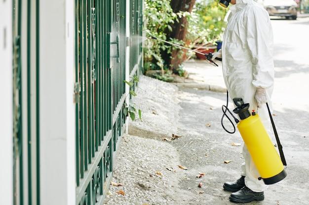 Arbeiter desinfiziert zaun