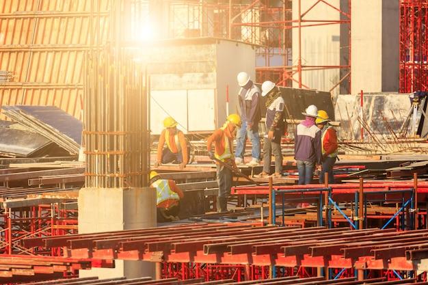 Arbeiter, die an modernen baustelle arbeiten, arbeiten in bangkok thailand.