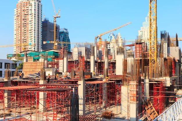 Arbeiter, die an moderner construction seite arbeiten, arbeiten in bangkok thailand.