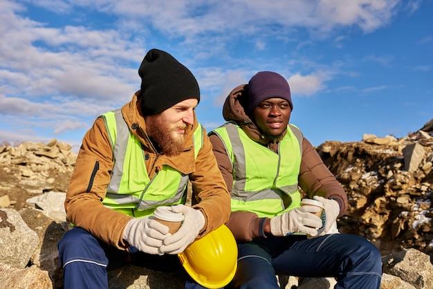 Arbeiter, die kaffee im steinbruch trinken