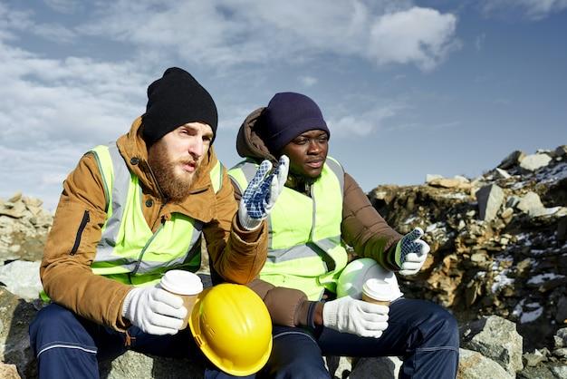 Arbeiter, die kaffee in alaska trinken