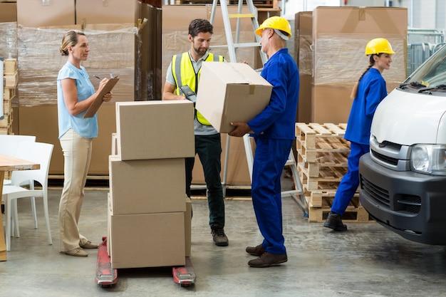 Arbeiter, die kisten tragen