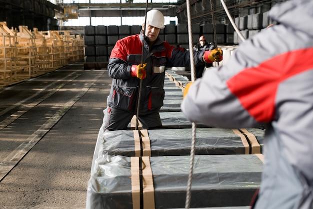 Arbeiter, die materialien bewegen