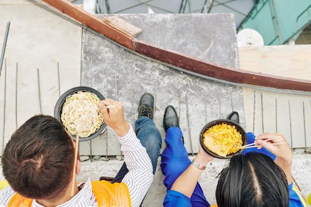 Arbeiter essen zu mittag