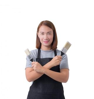 Arbeiter frau oder service frau im grauen hemd und schürze hält pinsel