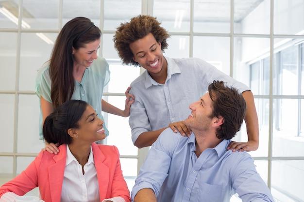 Arbeiter gratulieren und loben einander