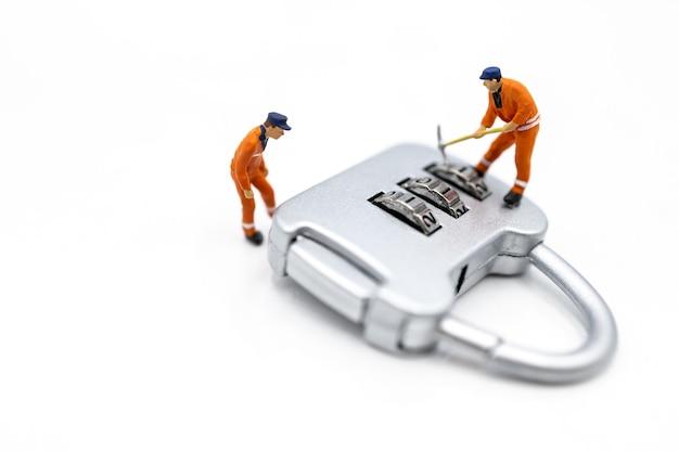 Arbeiter hacken in vorhängeschloss-sicherheit