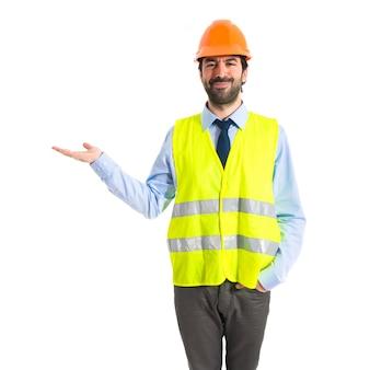 Arbeiter halten etwas über weißem hintergrund