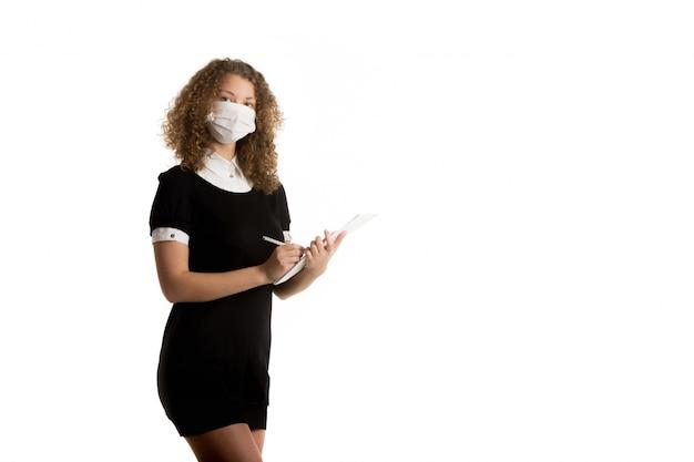 Arbeiter ihr gesicht mit einer schutzmaske bedeckt
