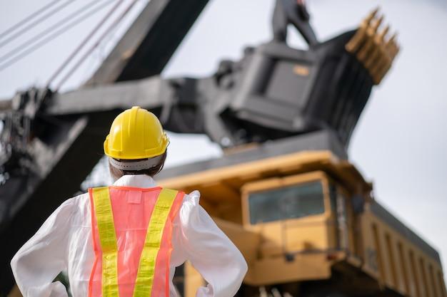 Arbeiter im braunkohle- oder kohlebergbau mit dem lkw, der kohle transportiert.