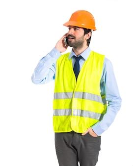 Arbeiter im gespräch mit dem handy
