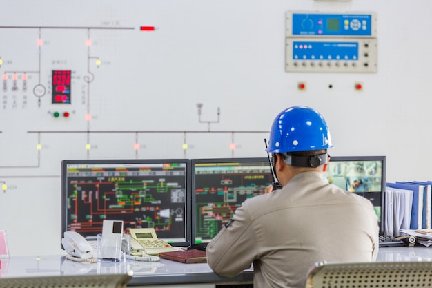 Arbeiter im kontrollraum