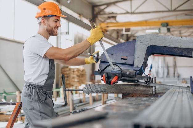 Arbeiter im lagerhaus im orangefarbenen helm