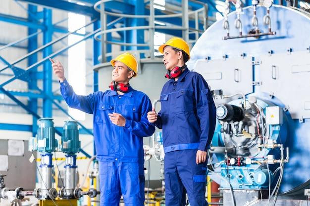 Arbeiter in der asiatischen produktionsstätte