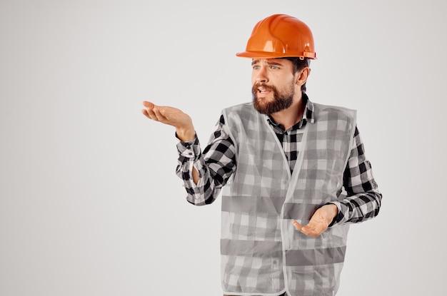 Arbeiter in der bauindustrie arbeiten handgesten heller hintergrund