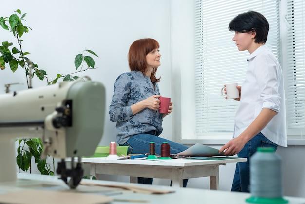 Arbeiter in der mittagspause trinken kaffee, tee und besprechen probleme