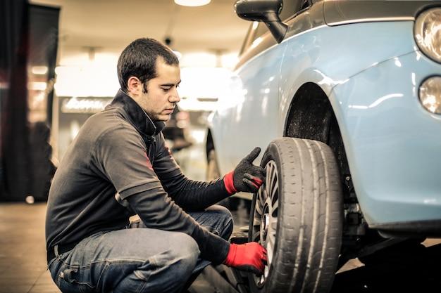 Arbeiter in einer garage