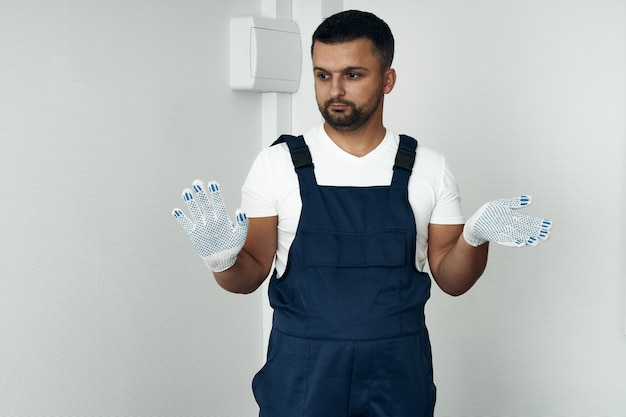 Arbeiter in overalls und weißen schuhen