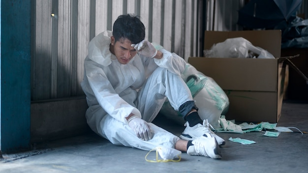 Arbeiter in psa erschöpft und in abfallrecyclinganlagen während covid-19 und pandemie getestet.