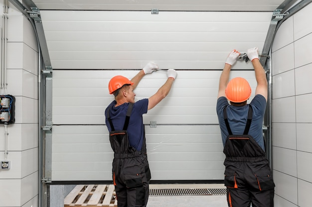 Arbeiter installieren hebetore der garage.