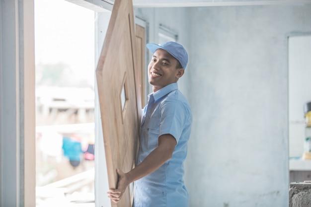 Arbeiter installiert türen