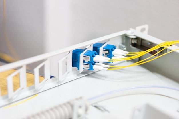 Arbeiter kommunizieren glasfaserkabel an der opto-box. installieren neuer netzwerkgeräte