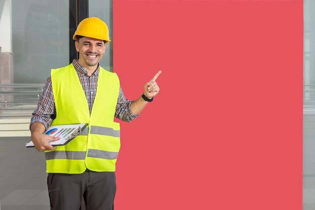 Arbeiter lächelt und fingert ein rotes banner, kopierraumhintergrund