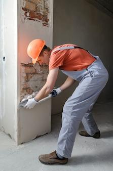 Arbeiter legt eine gipspaste.