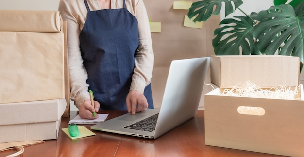 Arbeiter lieferservice packtasche box laptop pc online packer post note
