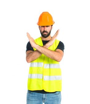Arbeiter machen stop-schild über weißem hintergrund