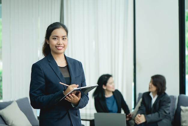 Arbeiter-manager modernes lächeln schönheit