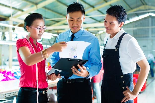 Arbeiter, manager und designer in der kleiderfabrik