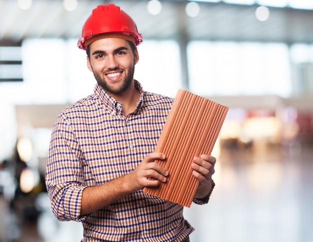 Arbeiter mann mit ziegelstein