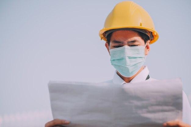 Arbeiter mann supervisor inspektionsplan, der am baustellengebäude arbeitet
