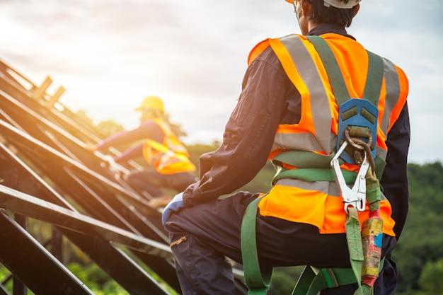 Arbeiter mit haken für sicherheitsgurt