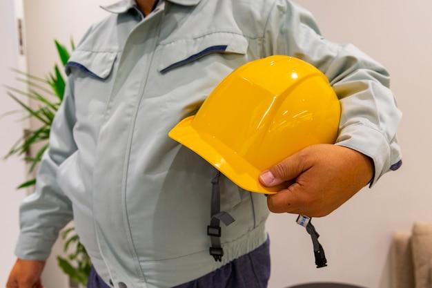 Arbeiter mit helm