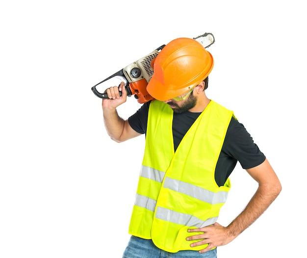 Arbeiter mit kettensäge auf weißem hintergrund