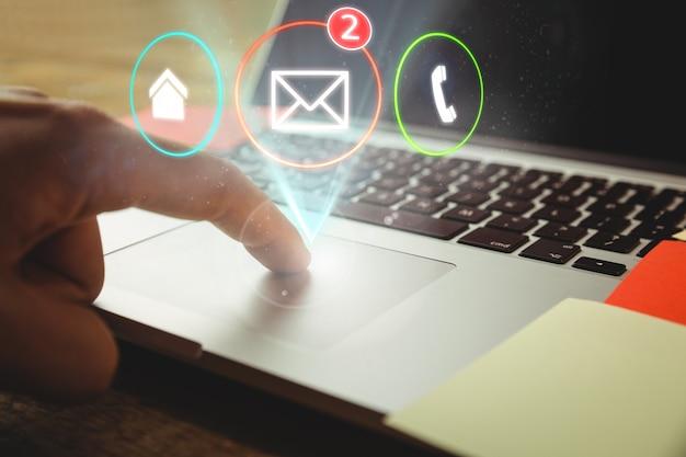 Arbeiter mit laptop und drei anwendungen