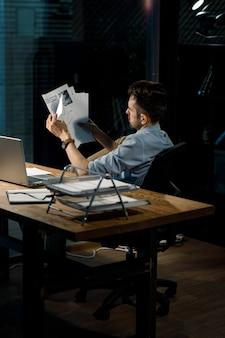 Arbeiter mit papieren am tisch