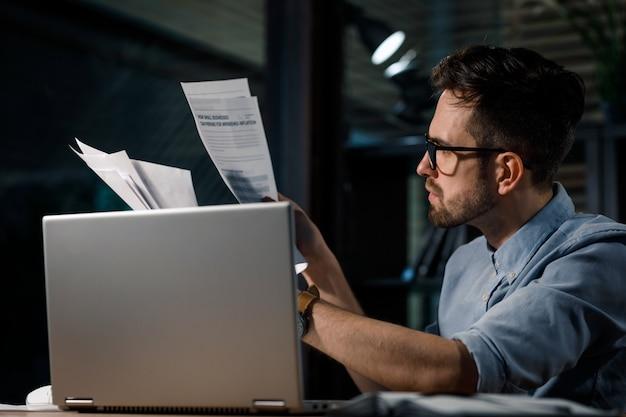 Arbeiter mit papieren und laptop