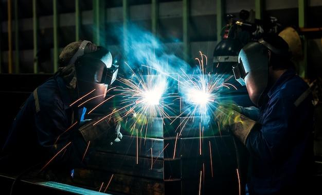 Arbeiter mit schutzmaske schweißen metall