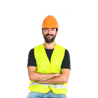 Arbeiter mit seinen armen über weißem hintergrund gekreuzt