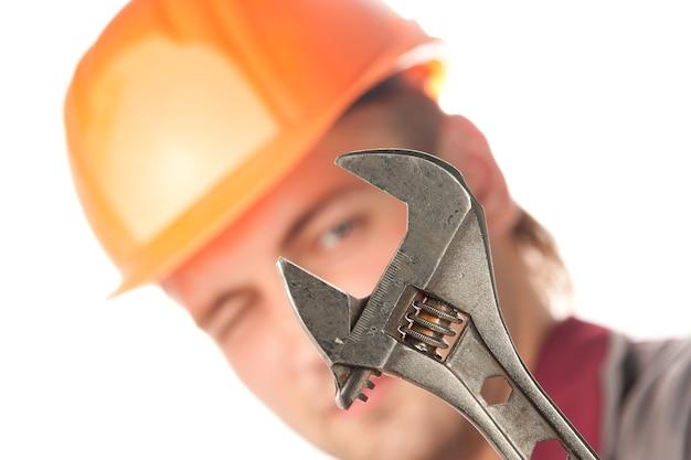 Arbeiter mit verstellbarem schraubenschlüssel