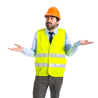 Arbeiter mit zweifeln über weißem hintergrund