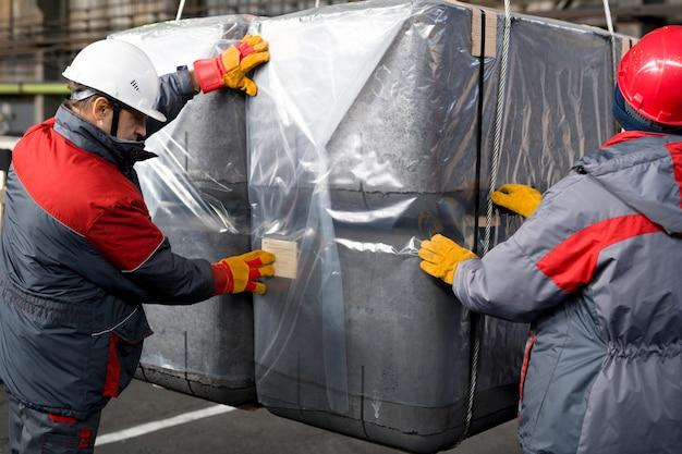 Arbeiter packen ladung in der fabrik