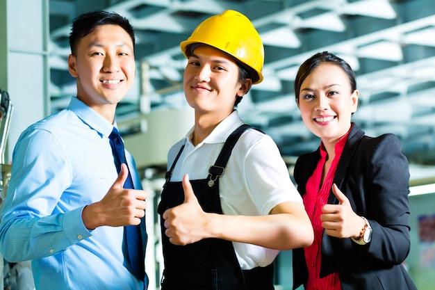Arbeiter, produktionsleiter und eigentümer in der fabrik