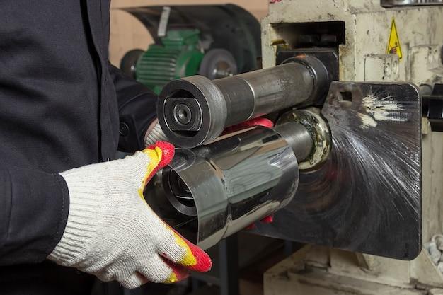 Arbeiter produziert metallrohr