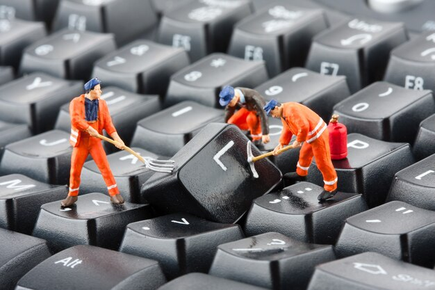 Arbeiter reparieren tastatur